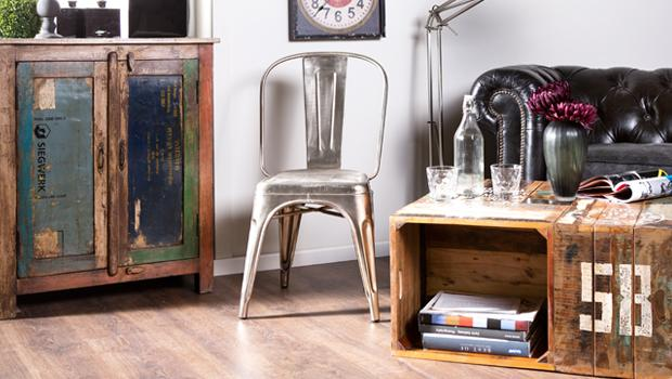 Holzmöbel mit Farbakzenten
