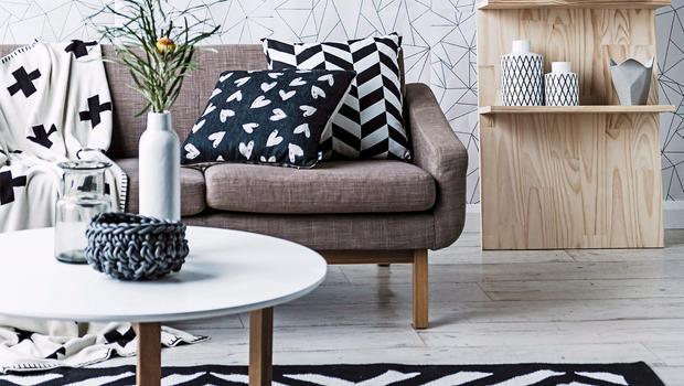 Schwarz-Weiß mit Holz-Akzenten