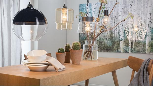Moderne holz blatt deckenventilator mit lampe gegen eine getäfelte
