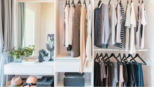 Un vestidor ordenado