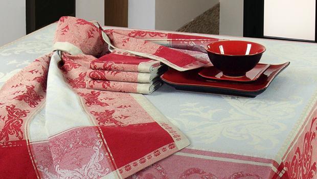 Textile en gris et rouge
