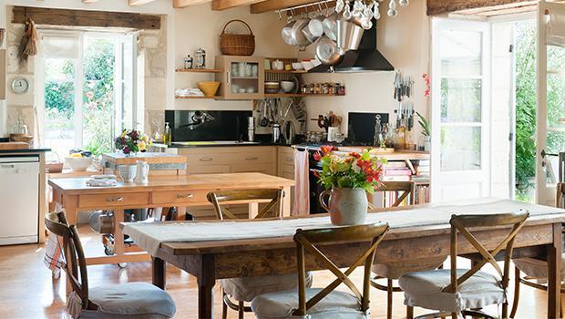 îlot cuisine arrière de bar chaise bistrot bibliothèque confiturier serviettes chemin table set torchon étagère rideaux