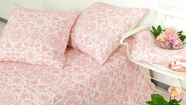 Beau linge de lit féminin