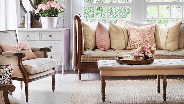 Salotto da cottage poltrone sgabelli luci westwing