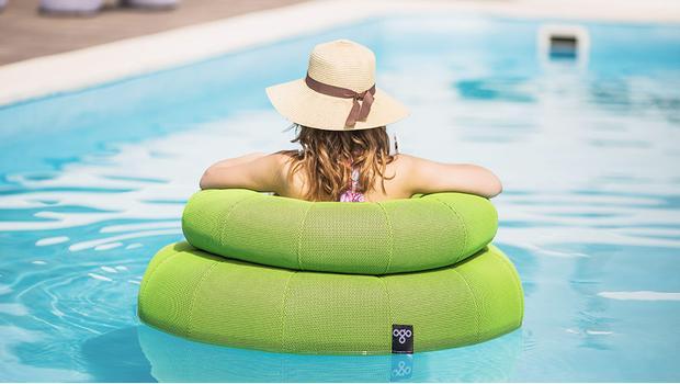 Imperdibile relax in piscina poltroncine pouf e tavolini for Cuscini galleggianti piscina