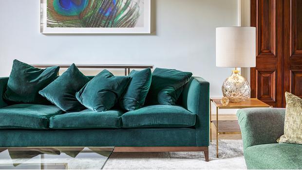 Divani glamour palette pavone e tessuti cangianti westwing - Divano verde petrolio ...