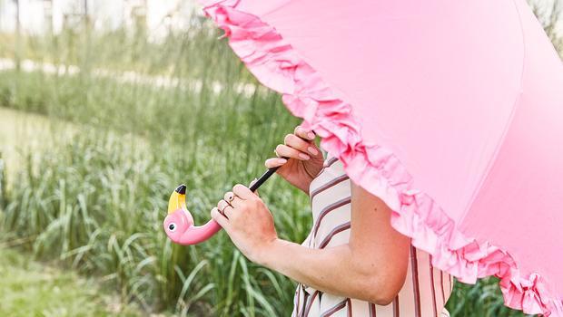 Regen En Zonneschijn : Na regen komt zonneschijn bonte paraplu s die van elke bui een