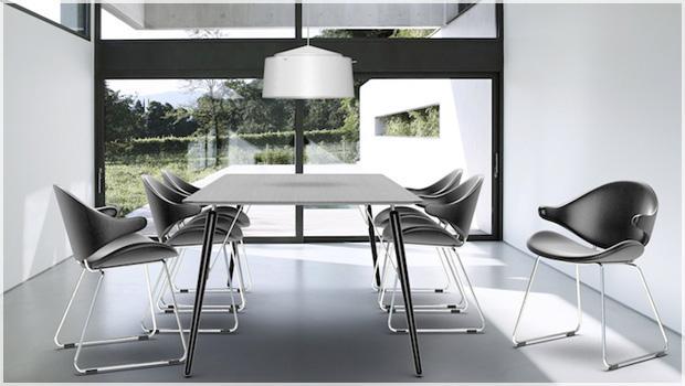Houe tafels en stoelen