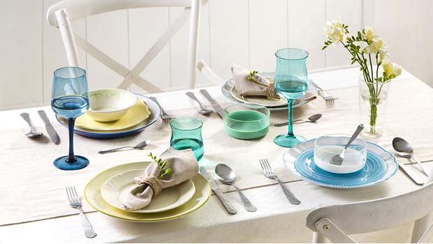Stół w kolorach tęczy