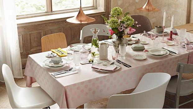 Wokół eleganckiego stołu